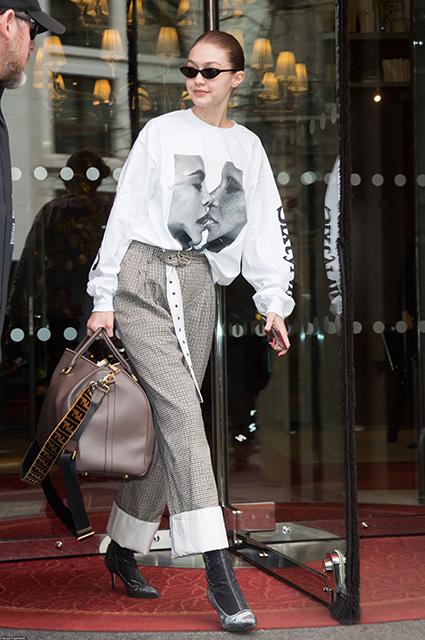 Джиджи Хадид примерила скандальную рубашку с лицом Кары Делевинь. Фото