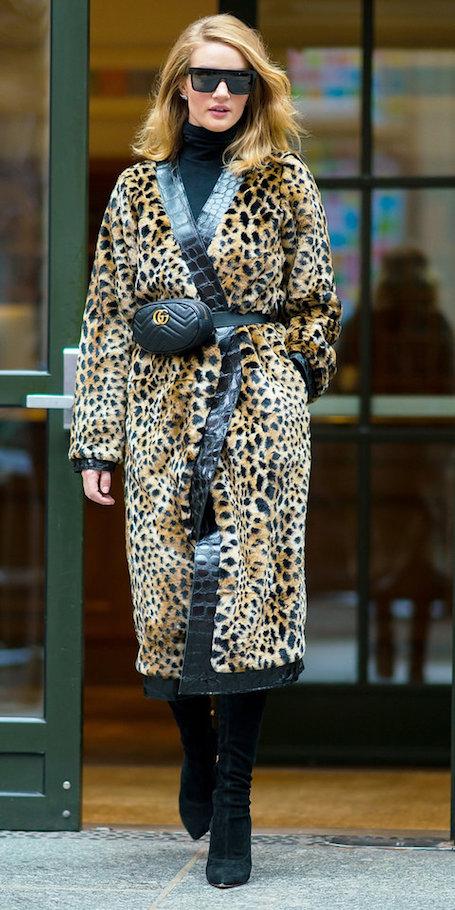 Рози Хантингтон-Уайтли чудо как хороша в леопардовом плаще! Фото