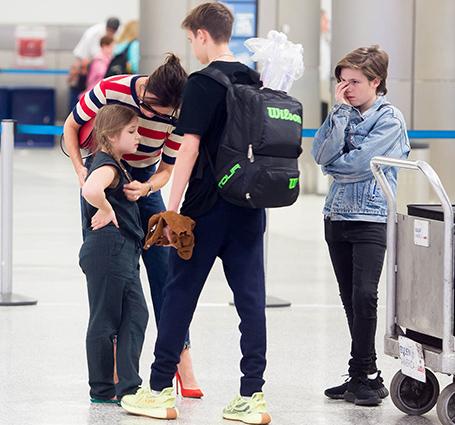 Виктория Бекхэм едва смогла справиться с истерикой Харпер в аэропорту! Фото