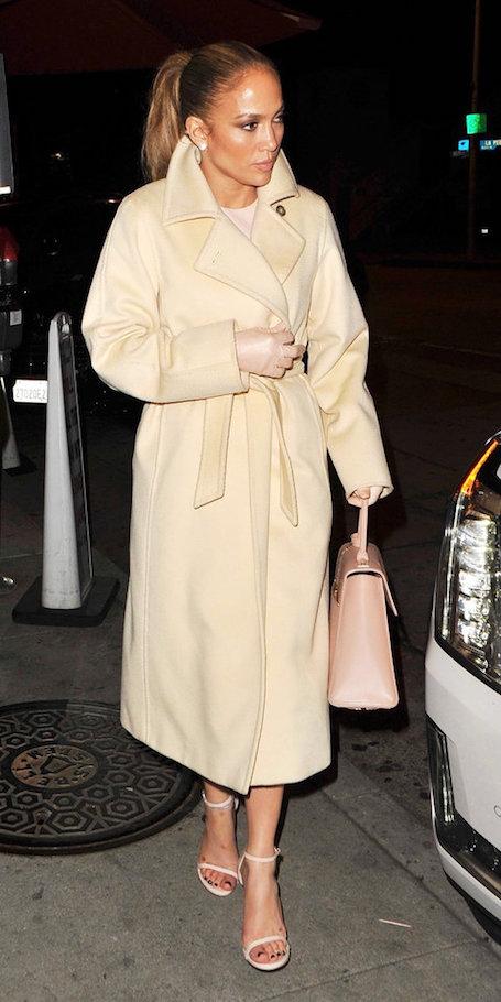 Небрежная элегантность: Дженнифер Лопес восхитила нарядом в светлой гамме. Фото