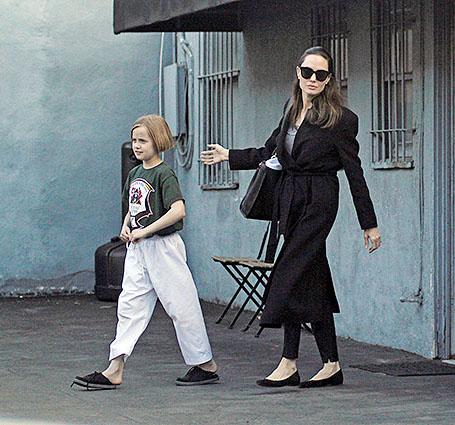 Анджелина Джоли в удобном пальто вышла в свет после слухов о новом романе. Фото