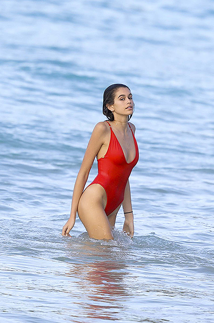 Кайя Гербер в алом бикини впечатлила весь Майами своей изящной фигурой. Фото