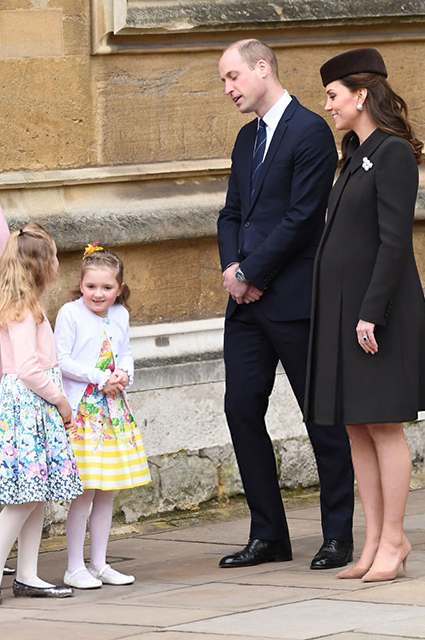 Беременная Кейт Миддлтон в шоколадном пальто вновь появилась на публике. Фото