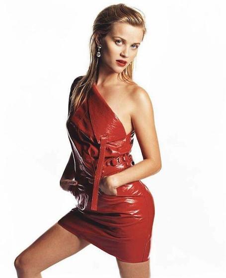 Риз Уизерспун поделилась вульгарным фото в дерзком красном платье из латекса. Фото