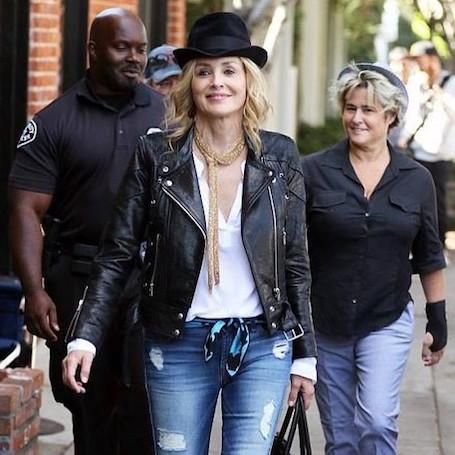 60-летняя Шэрон Стоун молода и красива в кожаной косухе и рваных джинсах! Фото