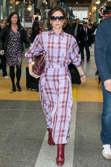 Виктория Бекхэм стала жертвой насмешек из-за длинного платья в клетку. Фото
