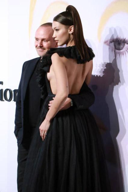 Белла Хадид в шикарном платье приковала все взгляды к глубокому декольте. Фото