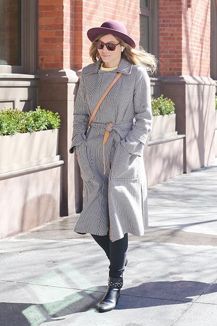 Джессика Бил очаровала Нью-Йорк романтичным нарядом со шляпкой. Фото
