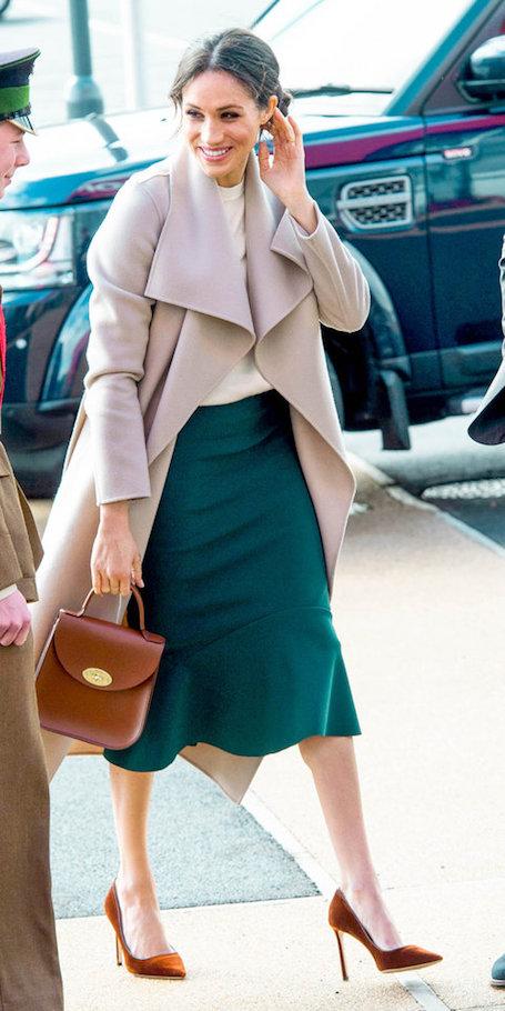 Меган Маркл в изумрудной юбке и пудровом пальто покоряет изысканным стилем. Фото