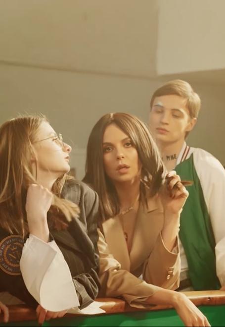 Дай мне: Настя Каменских превратилась в соблазнительную школьницу в новом клипе. Фото