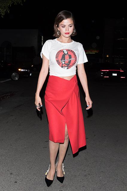 Селена Гомес подчеркнула располневшую фигуру ярко-красной юбкой с разрезом. Фото