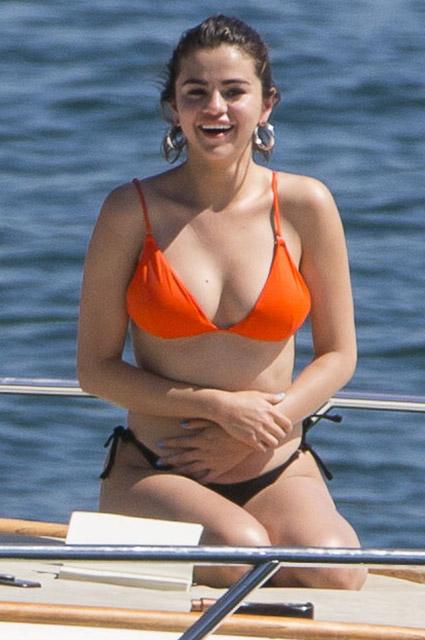 Селена Гомес дала резкий отпор хейтерам, критикующим ее лишний вес! Фото