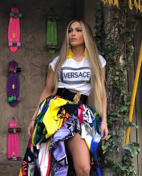48-летняя Дженнифер Лопес показала соблазнительные ножки в пестрой юбке Versace. Фото