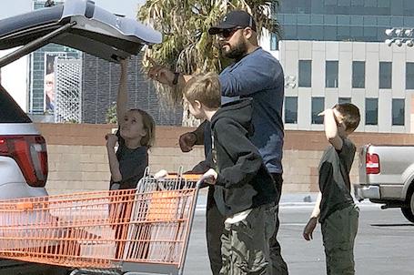 Дети Анджелины Джоли и Брэда Питта самостоятельно разгуливают по городу. Фото