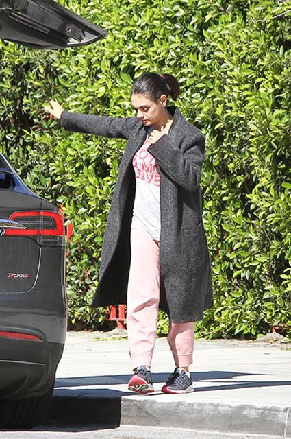 Мила Кунис расхаживает по Лос-Анджелесу в домашних штанах и без макияжа. Фото