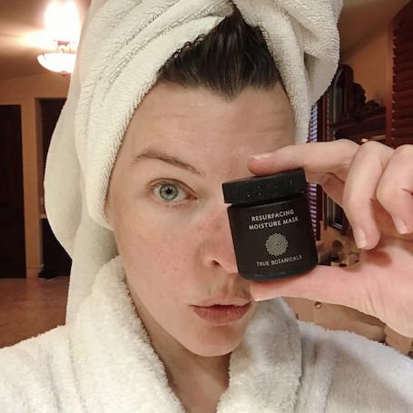 Без макияжа и ретуши: 42-летняя Мила Йовович поражает невероятной красотой. Фото