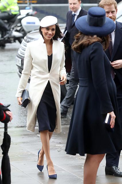 Меган Маркл в белом плаще и беременная Кейт Миддлтон в синем пальто: кто лучше? Фото