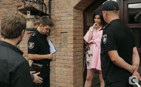 Холостяк-8: полиция со скандалом забрала участинцу проекта с шоу! Фото
