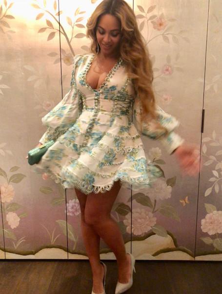 Шикарный бюст Бейонсе едва не выпрыгнул из декольте пышного мини-платья. Фото