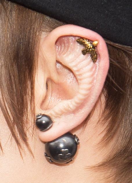 Космическая красота: Кара Делевинь вставила импланты в уши. Фото
