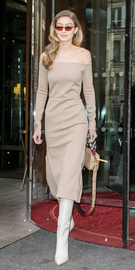 Безукоризненное платье с открытыми плечами и высокие сапоги — выбор Джиджи Хадид. Фото