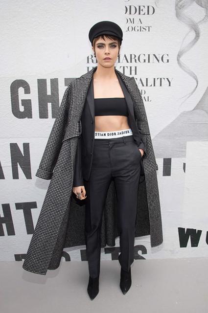 Мальчик по вызову: Кара Делевинь на шоу Dior поразила стильным нарядом. Фото