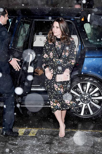 Беременная Кейт Миддлтон вышла под снег в одном кружевном платье. Фото