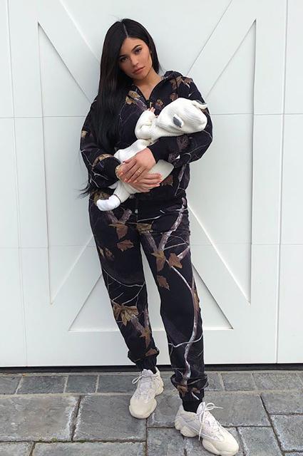 Кайли Дженнер оставила месячную дочь дома и катается на яхте с Трэвисом Скоттом. Фото