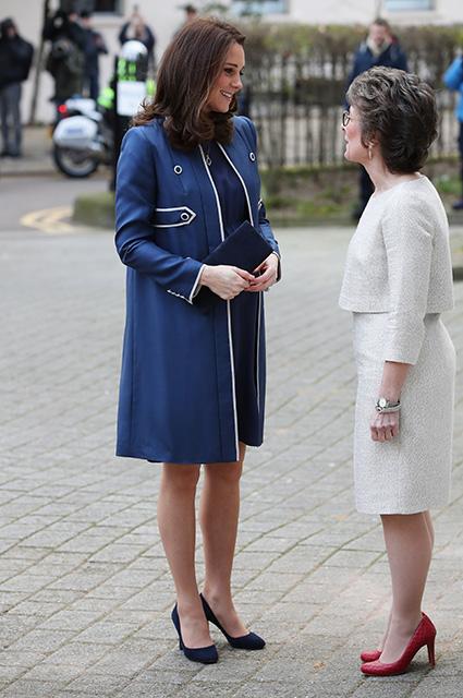 Кейт Миддлтон примерила платье, напоминающее форму медсестер и врачей. Фото