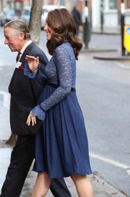 Кейт Миддлтон подчеркнула живот темно-синим мини-платьем с кружевами. Фото