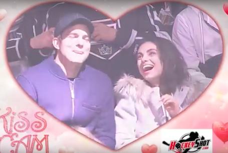 Мила Кунис и Эштон Катчер забавно обыграли свой поцелуй на хоккейном матче. Фото