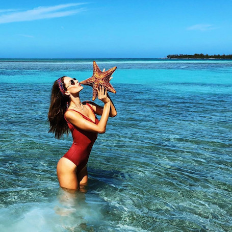 Алессандра Амбросио впечатлила идеально плоским животом в ярком бикини. Фото