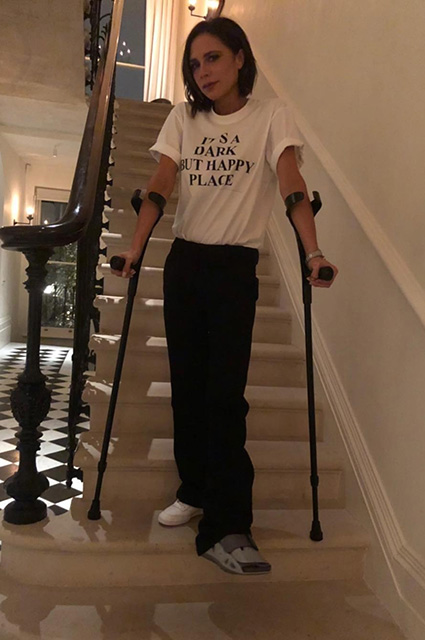 Виктория Бекхэм сломала ногу и теперь щеголяет в модных нарядах на костылях. Фото