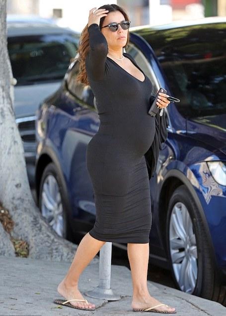 Беременная Ева Лоногрия в черном маленьком платье подчеркнула свой живот. Фото