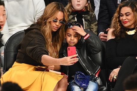 Бейонсе и дочь Блу Айви приковали к себе все внимание на матче NBA All-Star. Фото