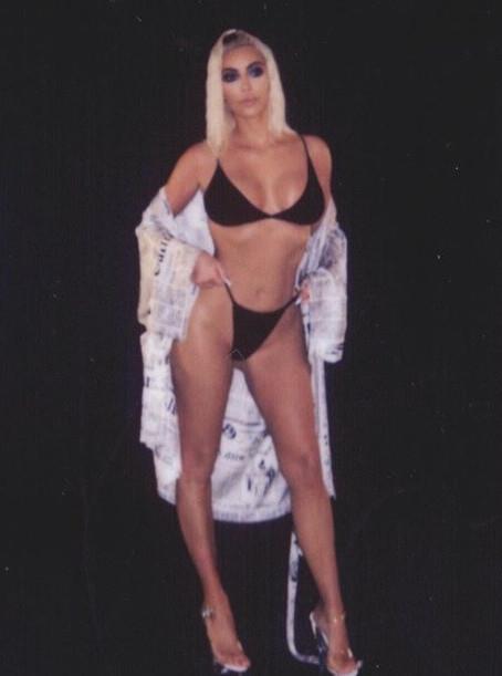 Ким Кардашьян возмутила мир невероятно откровенными селфи в черном бикини. Фото