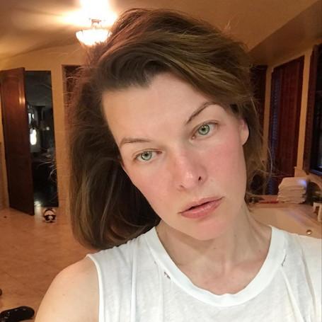 42-летняя Мила Йовович показала, как она выглядит без макияжа и прически. Фото