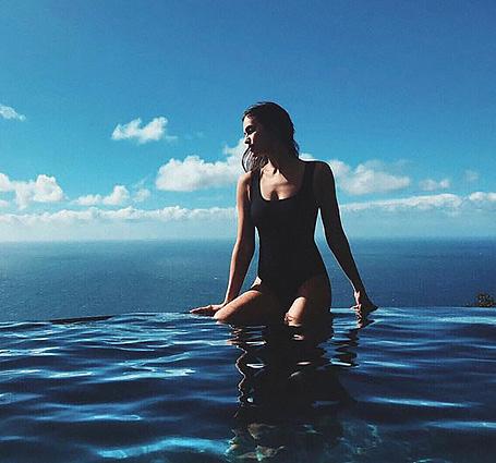 Ирина Шейк вновь томится в дерзком купальнике на пляже в полном одиночестве. Фото