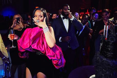 Рианна в платье Saint Laurent отметила день рождения с ди Каприо и Пэрис Хилтон! Фото