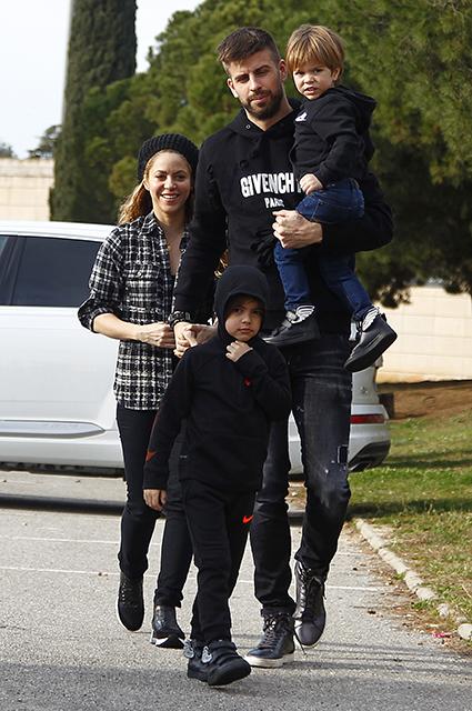 Шакира опровергла слухи о разрыве с Пике и показала, как выросли ее сыновья. Фото
