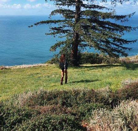 Ирина Шейк в одном боди и ковбойских сапогах прогулялась по дремучему лесу. Фото