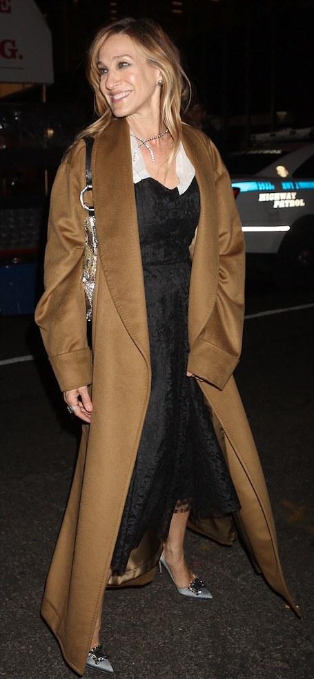 Зимний шик: Сара Джессика Паркер в кружевном платье и классическом пальто. Фото