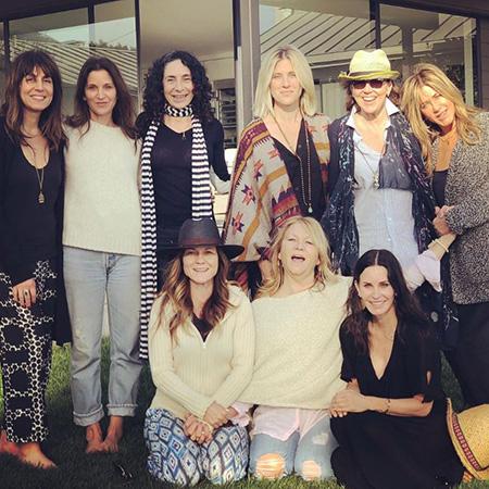 Дженнифер Энистон устроила в честь 49-летия особый девичник без дресс-кода! Фото