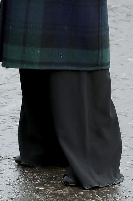 Меган Маркл жестко раскритиковали в Сети за длину брюк и грязь на одежде. Фото