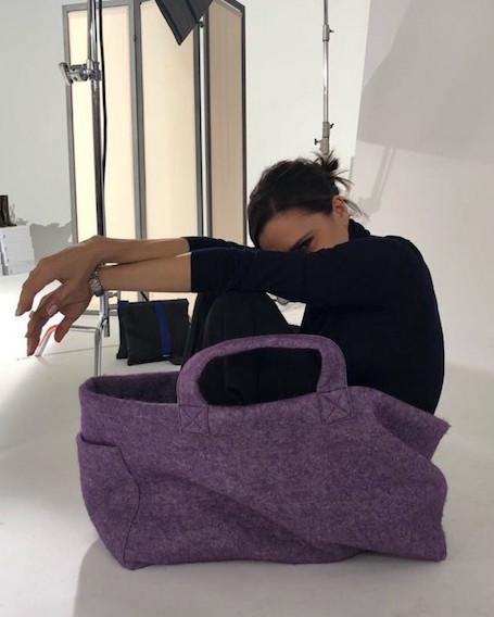 Похудевшая Виктория Бекхэм с комфортом разместилась в собственной сумке. Фото