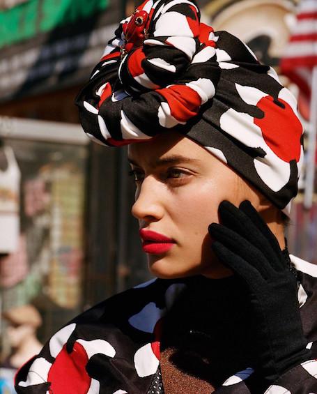Ирина Шейк насмешила забавным модным образом с пальто, усыпанным цветами. Фото