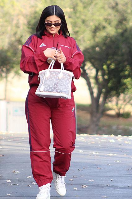 Кайли Дженнер в спортивном костюме отправилась на закрытую вечеринку. Фото