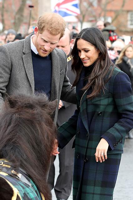 Меган Маркл в пальто Burberry отметила Масленицу вместе с принцем Гарри. Фото
