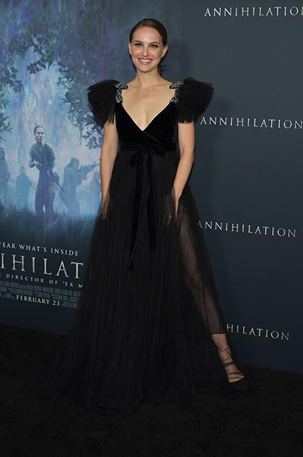 Черный лебедь: Натали Портман восхищает смелым платьем Valentino из прозрачной ткани. Фото