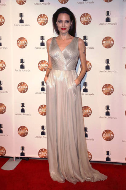 Annie Awards: Анджелина Джоли сразила всех в платье с декольте и разрезом от бедра! Фото